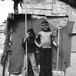 Roland Oesker Kinder mit Stangen