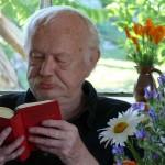Blumen und der Dichter Heinz Kahlau im Kunsthof-Usedom